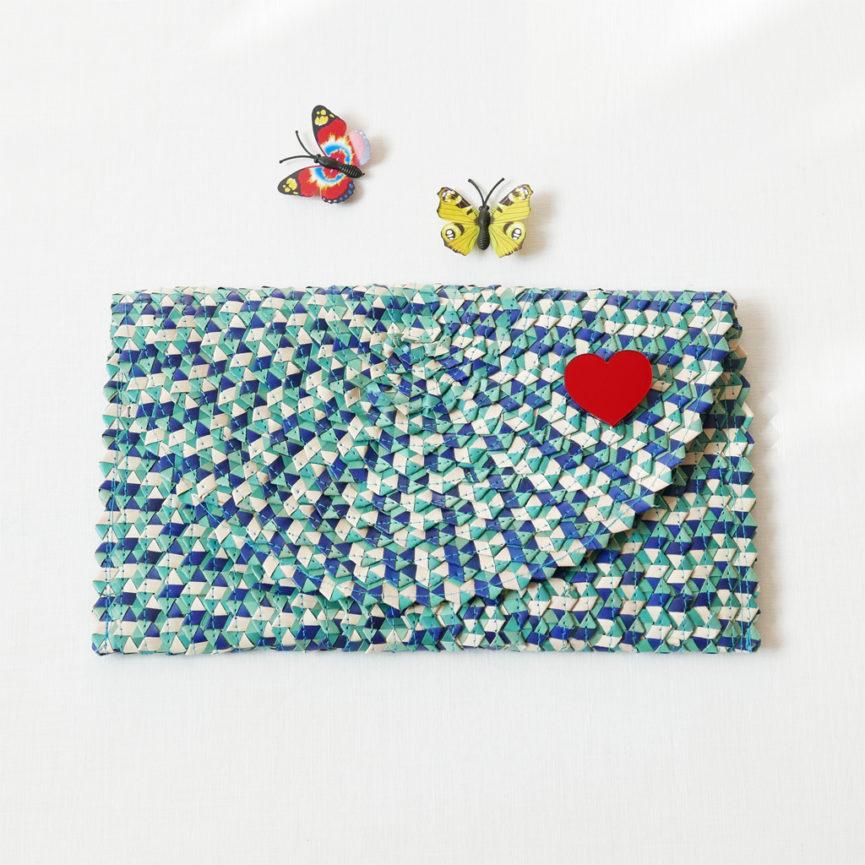 Borsetta clutch in paglia intrecciata azzurra e bianca con cuore | borsa paglia | BICA-Good Morning Design