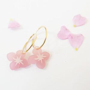 Orecchini a cerchio dorati con fiore rosa | Orecchini floreali | BiCA-Good Morning Design