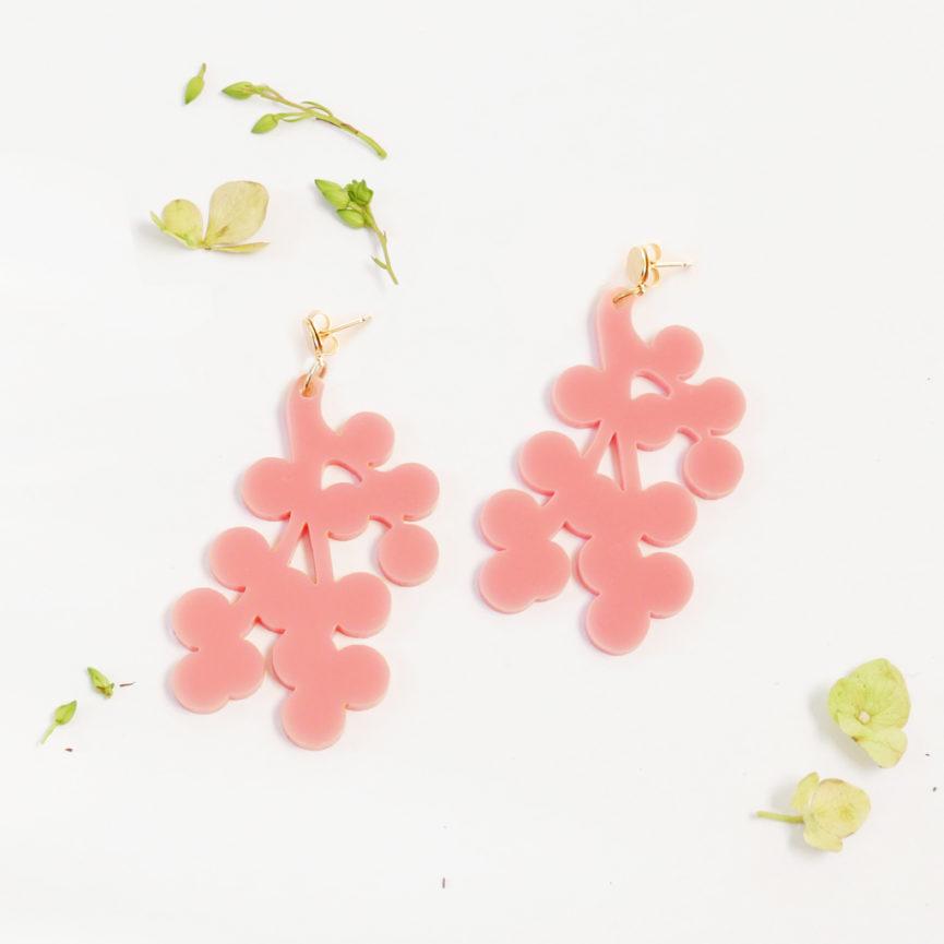 Orecchini pendenti rosa floreali a rametto | orecchini rosa e oro | BiCA-Good Morning Design