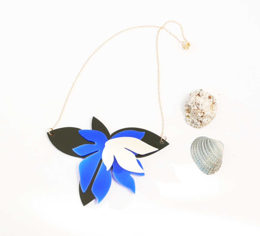 Collana floreale girocollo nera avorio e blu | statement necklace | BiCA-Good Morning Design