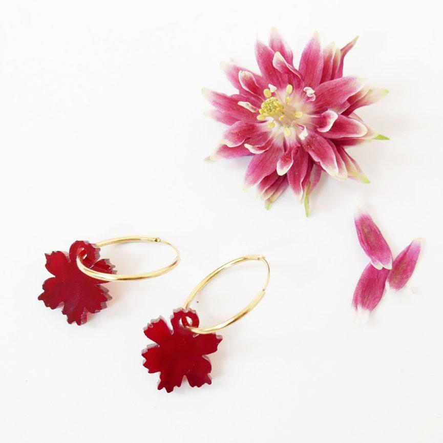 Orecchini a cerchio dorati con fiore anemone rosso | Orecchini ad anello floreali | BiCA-Good Morning Design