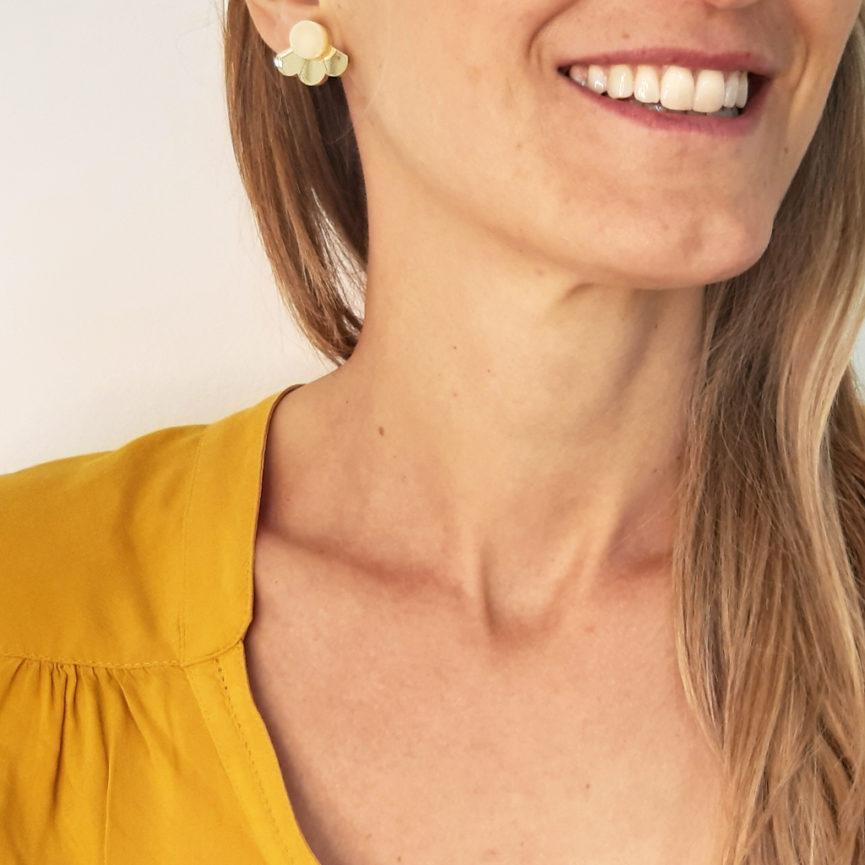 Small Fan orecchini geometrici a ventaglio oro e bianco avorio | orecchini a perno geometrici | BiCA-Good Morning Design