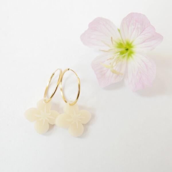 Orecchini a cerchio dorati con fiore bianco avorio | Orecchini ad anello floreali | BiCA-Good Morning Design