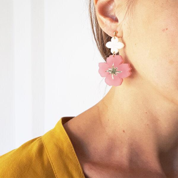 Orecchini pendenti dorati con fiori rosa e avorio   Orecchini floreali   BiCA-Good Morning Design