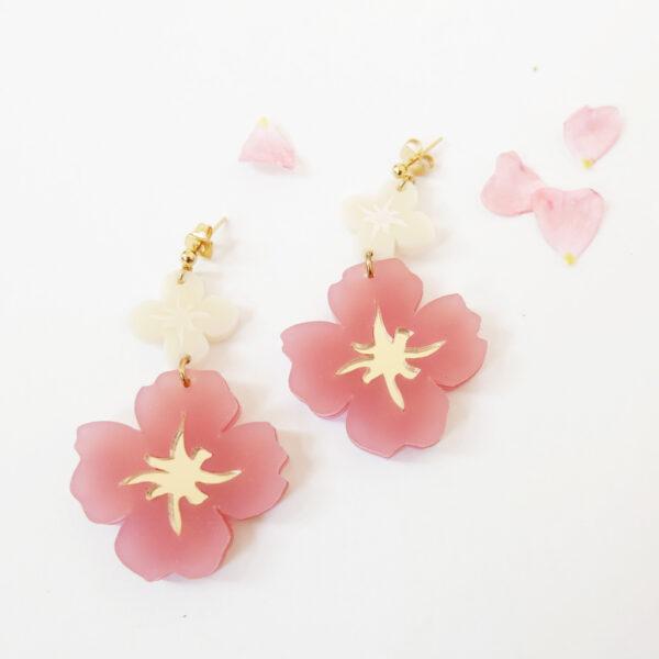 Orecchini pendenti dorati con fiori rosa e avorio | Orecchini floreali | BiCA-Good Morning Design