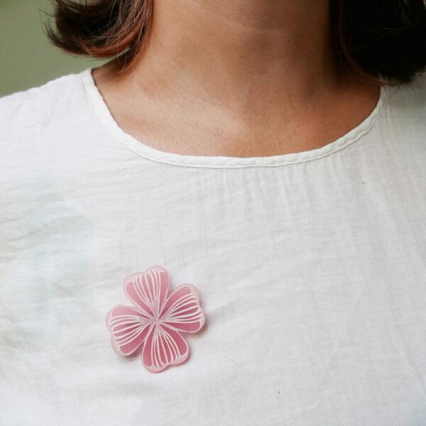 Spilla quadrifoglio rosa | gioielli a sostegno per la lotta al tumore al seno | BiCA Good Morning Design