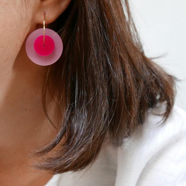 Orecchini cerchio dorati con disco grande rosa e fucsia   gioielli minimal a sostegno lotta tumore al seno   BiCA Good Morning Design