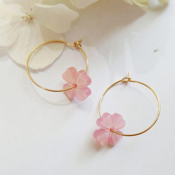 Orecchini cerchio dorati con quadrifoglio rosa | sostegno lotta tumore al seno | BiCA Good Morning Design