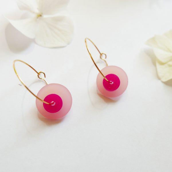 Orecchini cerchio dorati con disco rosa | sostegno lotta tumore al seno | BiCA Good Morning Design