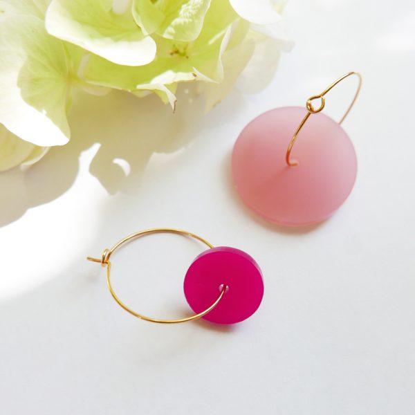 Orecchini cerchio dorati con disco grande rosa   sostegno lotta tumore al seno   BiCA Good Morning Design