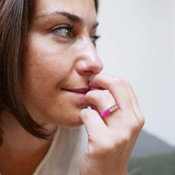 """Anello Splendi, fucsia e oro con scritta """"Splendi""""   gioielli a sostegno per la lotta al tumore al seno   BiCA Good Morning Design"""